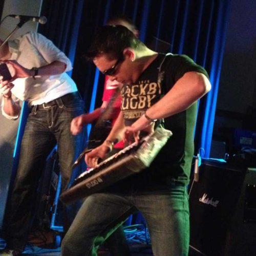 2012 Gig an Niño´s 40er - beim Jump-Solo an der Keytar, die das hinterher nicht überlebt hat...