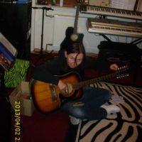 2013 Bia spielt Gitarre