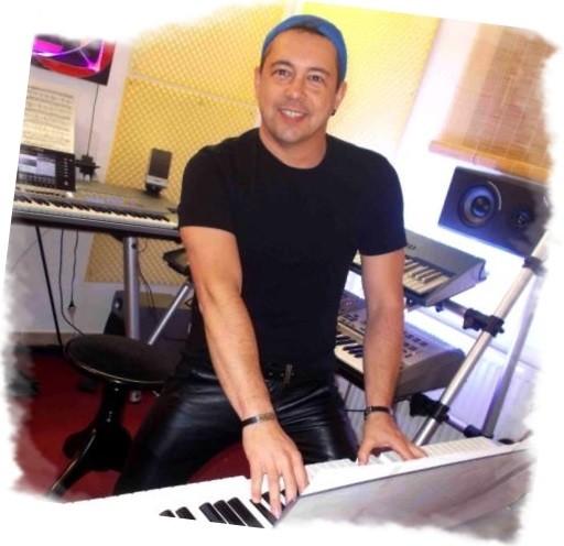 """Niño Loco """"at the keys"""" in seinem Studio"""