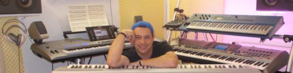 Niño Loco im Drehstudio seiner Onlinemusikschule