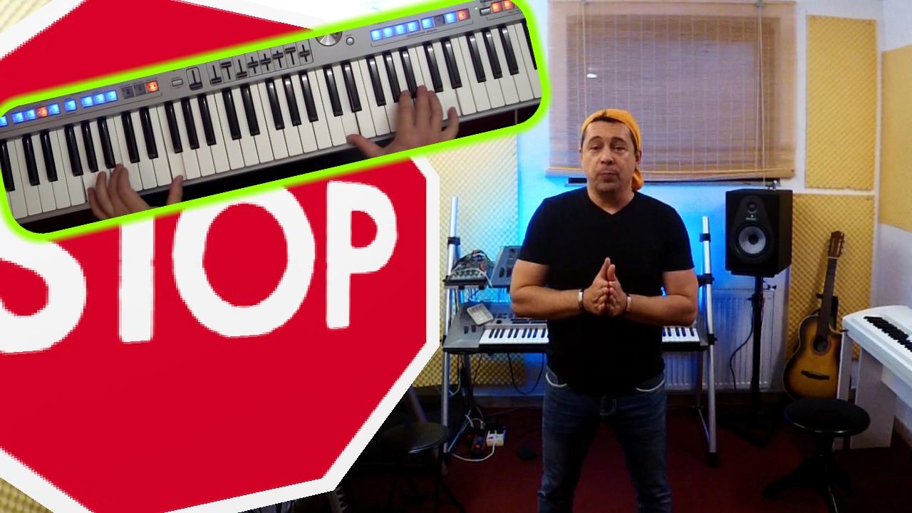 Niño im Tonstudio neben Stopschild und Digitalpiano