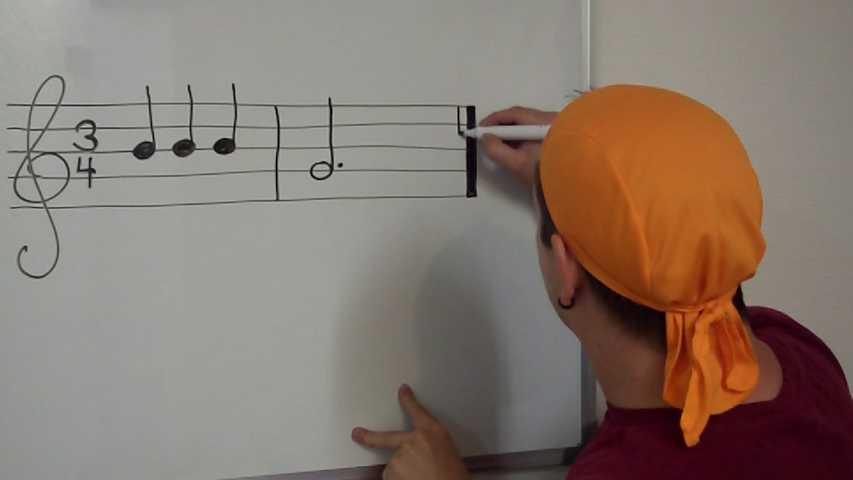 Niño zeichnet Musik-Noten an die Tafel