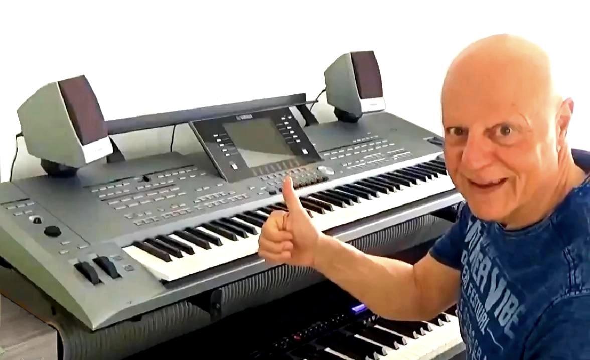 Wolfgag zuhause zeigt Daumen hoch beim Keyboard lernen mit 50