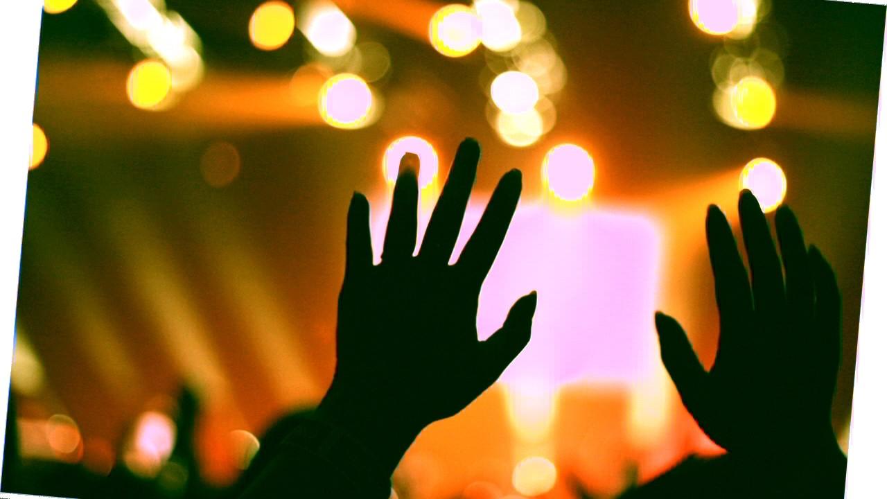 hochgehaltene Hände vor Discolichtern