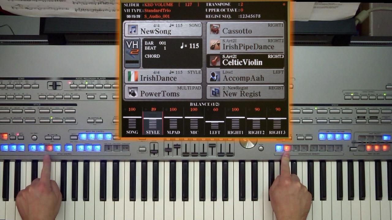 Finger zeigen auf 2 Tasten am Keyboard