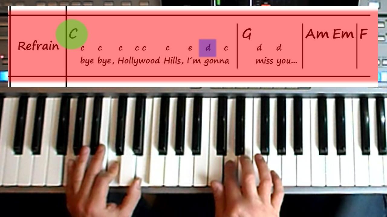 Hände spielen einen Song am Keyboard